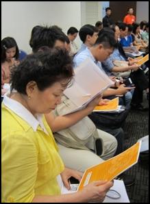 与会者认真阅读大会手册