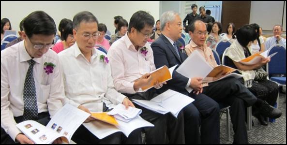 大会嘉宾(左起) 陈碧钟先生、王华荣副代表、林任君先生、许和钧校长、曾士生先生