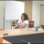(左起)荣春、莉莉进行循环督导模式模拟。萧文教授一旁指导