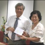 《新加坡华语辅导谘商学会》筹备阶段的代会长沈春媛递交学员感谢卡给萧文教授