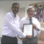 萧文教授为学会递交感谢状给 AWWA 的董事长Mr. J.R. Karthikeyan